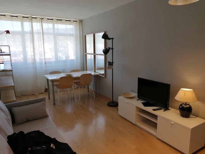 Apartamento renovado y alto con vistas a Barcelona