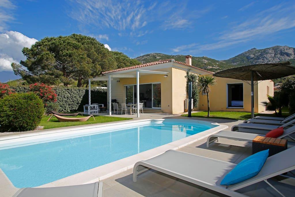 Villa individuelle avec piscine privée, jardin et parking