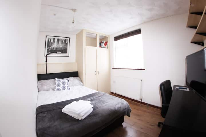 Rm6_The College Street Abode_8.4sqM_Cozy Room for2
