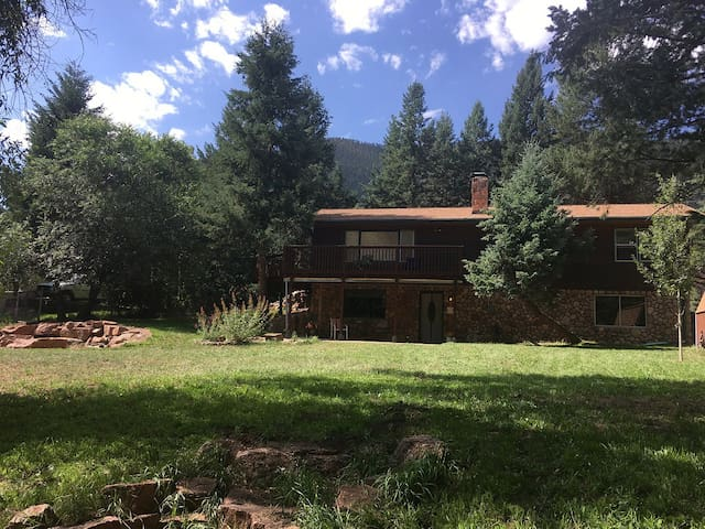 CLASSIC WATERFRONT LOG CABIN near Colorado Springs