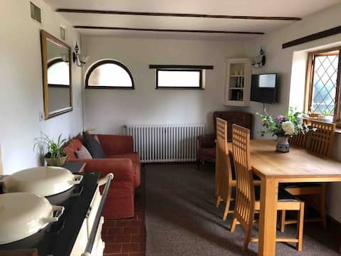 Large 1 bed cottage, private grounds ample parking
