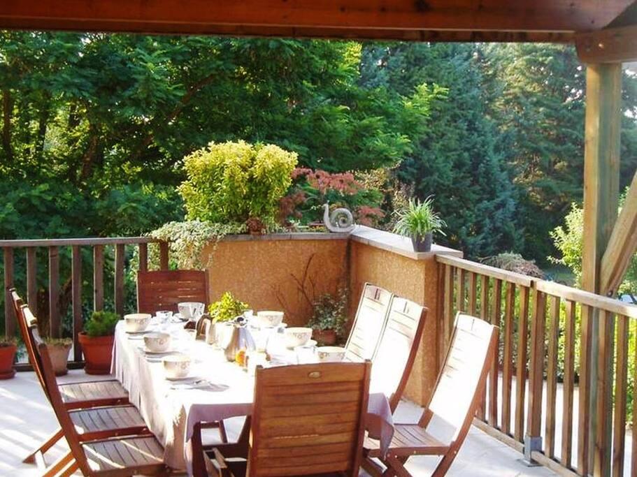 Un copieux petit déjeuner vous attend au reveil avec patisseries et confitures maison... De quoi bien démarrer la journée!