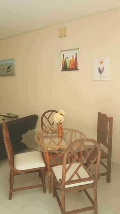 La casa cuenta con iluminación natural, la cual se puede disminuir cerrando la cortina.