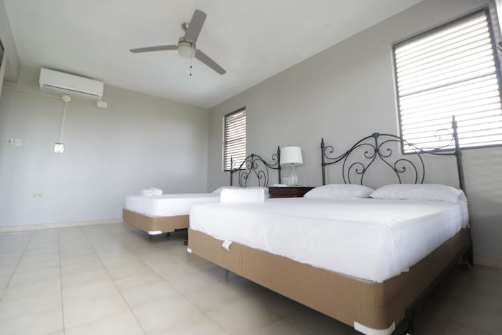 Dual Queen Private Balcony Bedroom / 5 min 2 beach