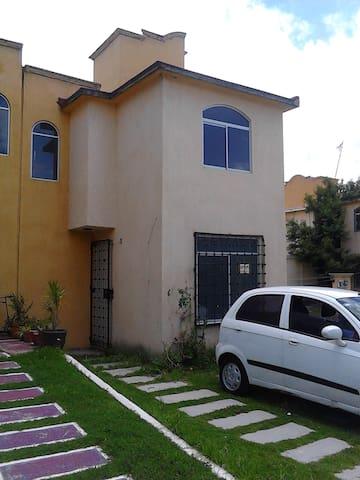 HERMOSA HABITACION LUMINOSA Y BIEN VENTILADA - San Marcos Huixtoco - Casa