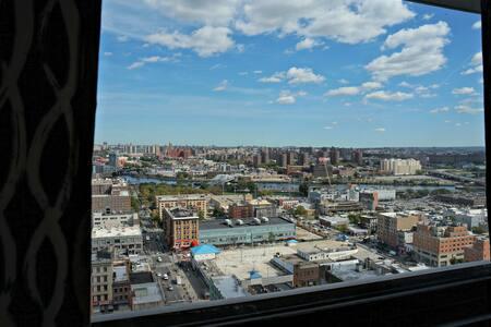 Huge Bedroom & 31st Floor Balcony in Manhattan! - New York