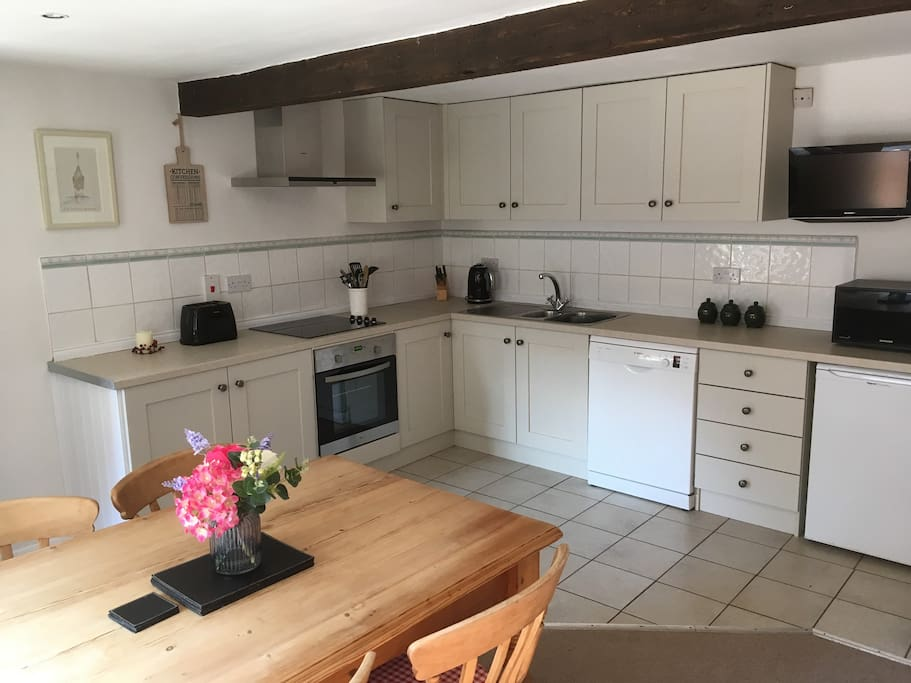 Kitchen/diner - fully equipped kitchen including Bosch dishwasher (new May 2018). Overlooks courtyard
