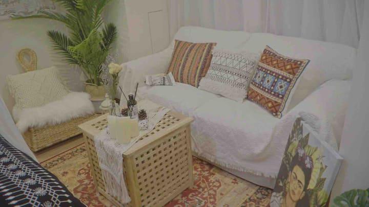 陌语首家《纯白摩洛哥》在最繁华的万达商圈,120寸超大投影仪,温馨舒服可做饭的密码锁公寓