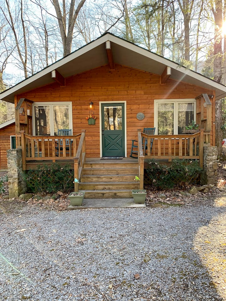 Cozy Creekside Serenity!! Easy access!