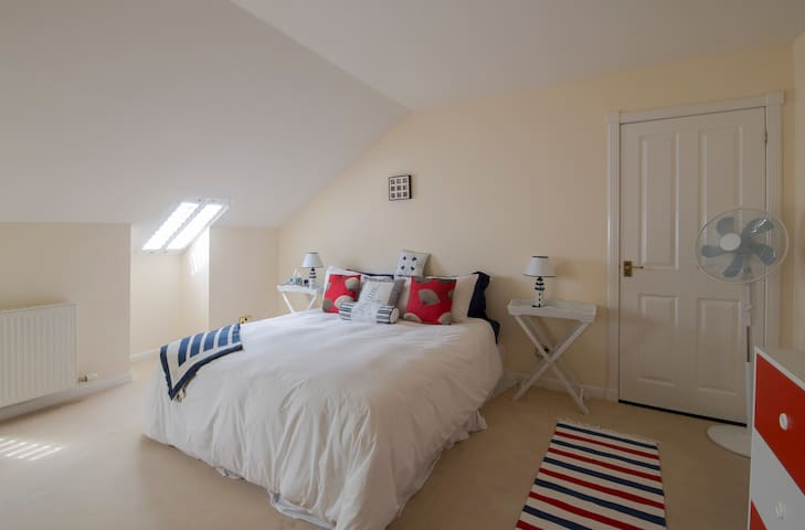 Large attic double bedroom on Ardrossan seafront - Ardrossan  - Lägenhet