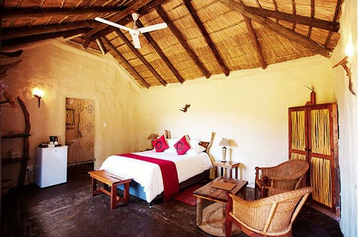 Chrislin African Lodge Garden Hut with Queen bed - Addo - Inap sarapan