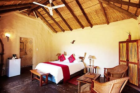 Chrislin African Lodge Garden Hut with Queen bed - Addo - Bed & Breakfast