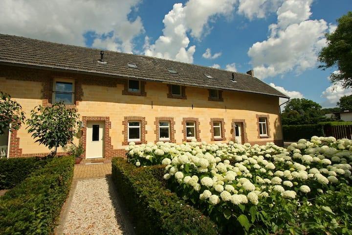 Luxueuze boerderij in Gulpen met een terras