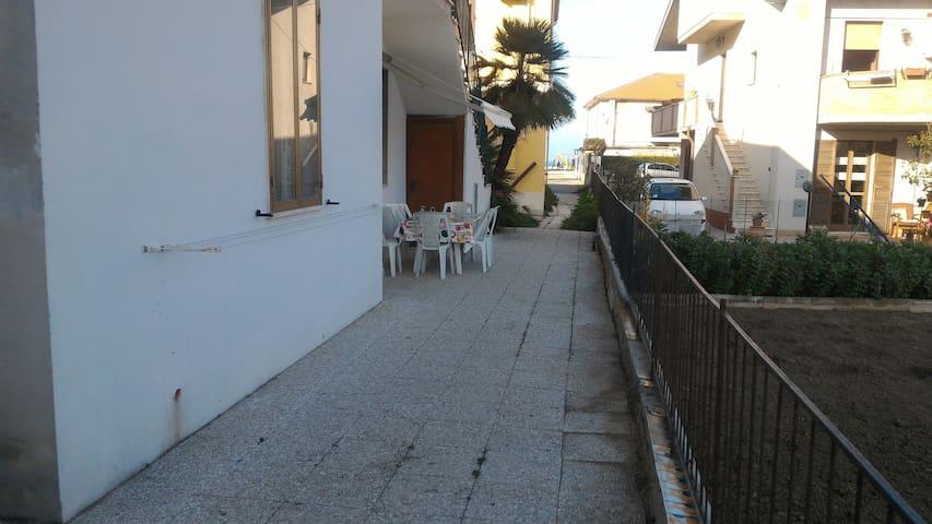 Casa indipendente, con cortile e posto auto. - Francavilla al Mare - House