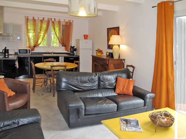 Holiday apartment in Beaucaire for 6 persons