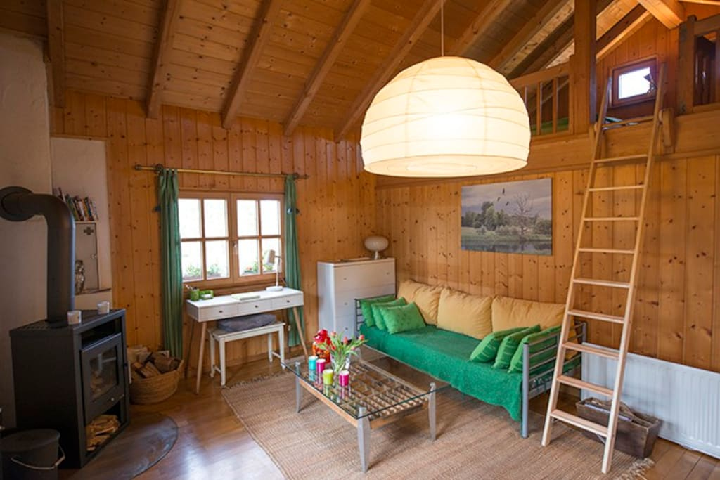 Über eine Leiter gelangt man in die gemütliche Schlafgalerie im Dachspitz.