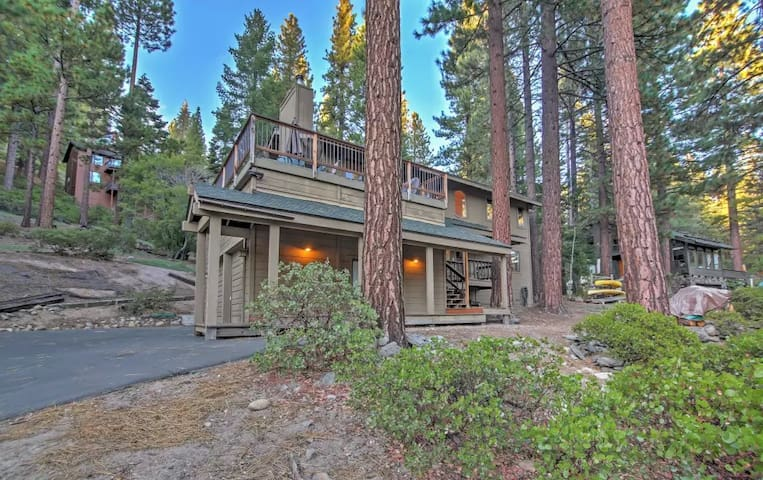 Roomy 3BR Tahoe Haven w/Hot Tub & Lake View - Incline Village - Hus