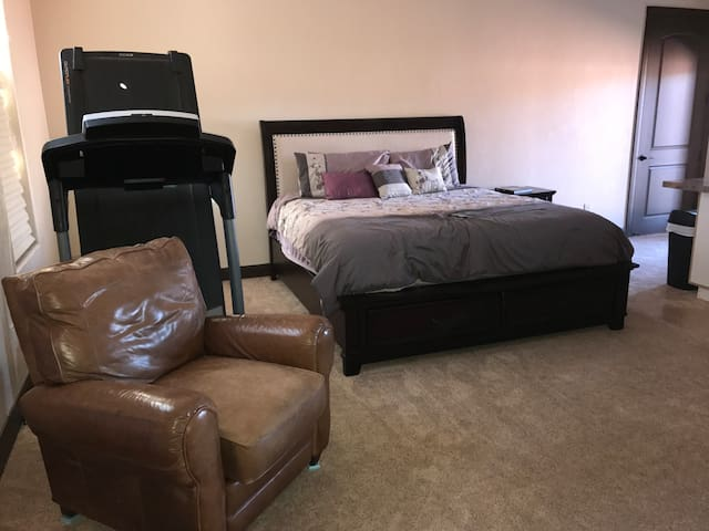 Large Studio, King bed, Steam shower, game room