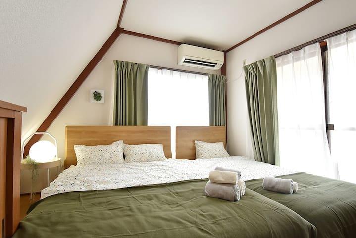 あたたかな日差しが差し込む3階は、4名様が一緒に寝る事ができます。