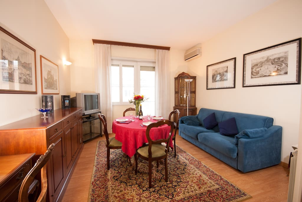 Nice and bright apartment near Vatican. A round look in the living room, with air conditioning.