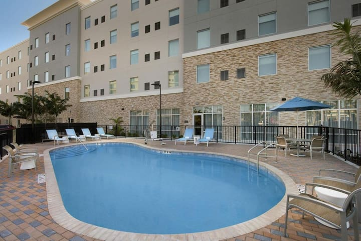 Close to Attractions. Comfy King Unit, Pool