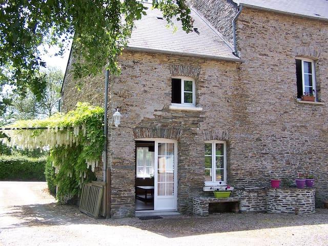 Gîte Les Grenouilles - Cormolain - House