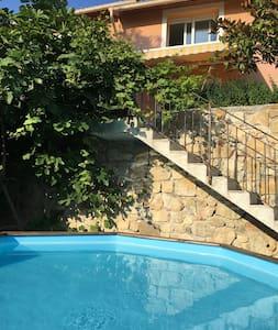 Studio avec piscine sur les hauteurs de Menton.