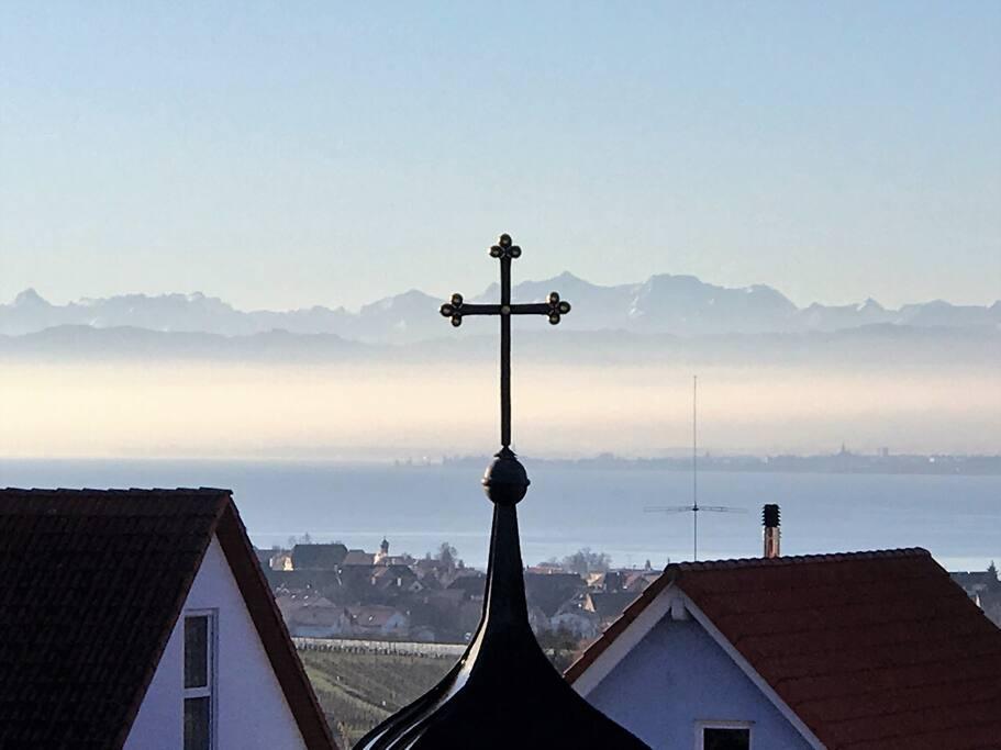 Balkon mit See- und Alpenblick und Kapellenkreuz