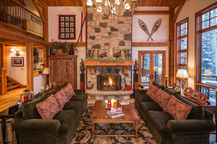 Luxury Log Cabin Home Close to the Ski Hill with a Private Gym, Salt Water Hot Tub, and Furnished Outdoor Spaces