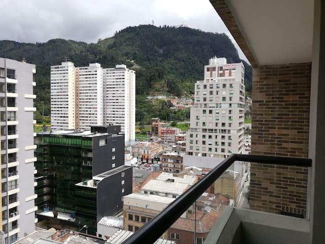 Habitación amplia en apto moderno en el centro
