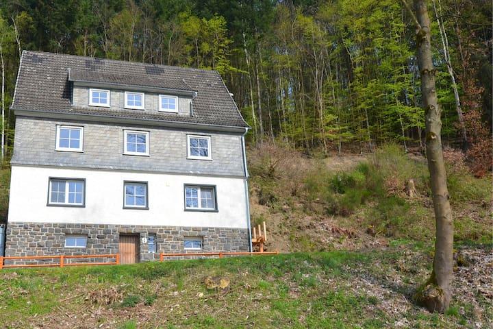 Mooie groepsaccommodatie met eigen sauna, tuin en terras in de buurt van Winterberg