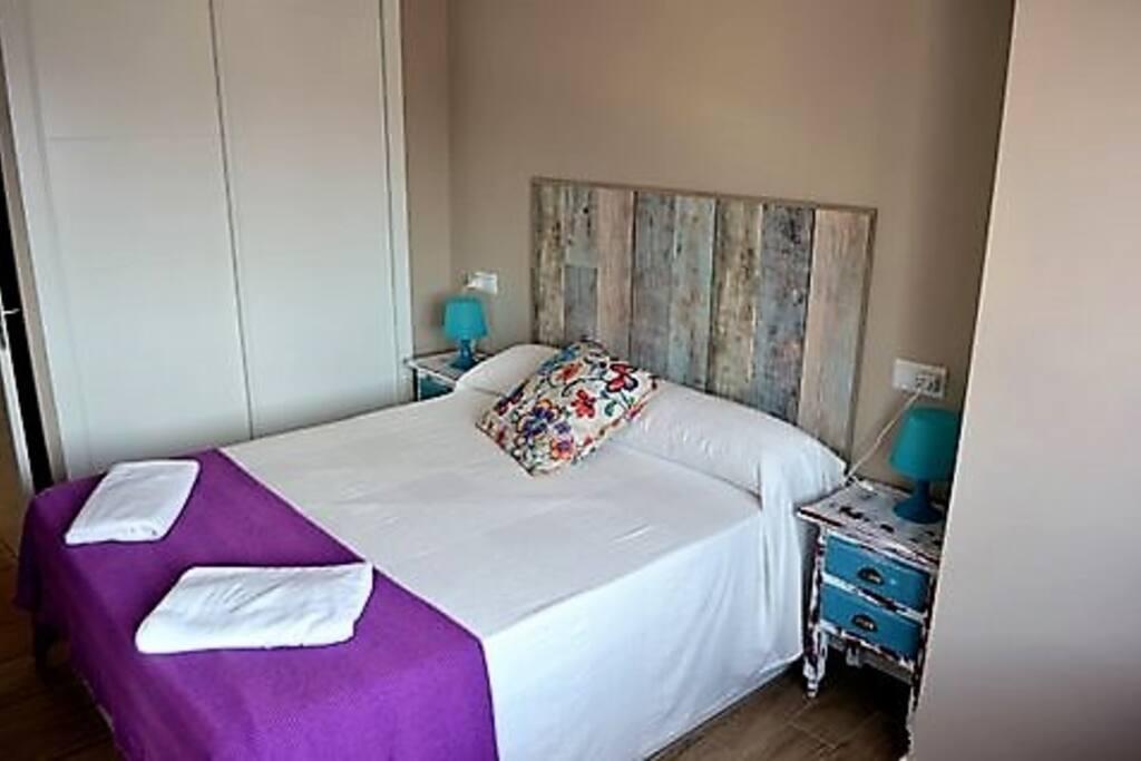Dormitorio 2: cama 150, armario y escritorio.  Internet por cable. Aire acondicionado.  Vistas despejadas