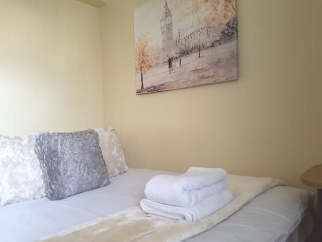 Quaint Double In London, Close To Station!!