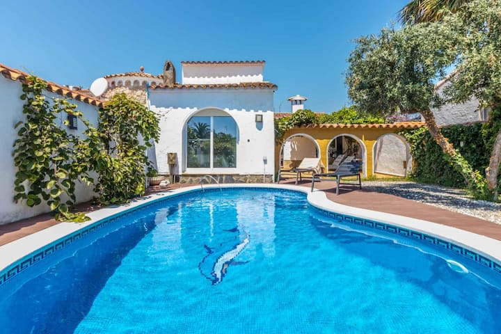 148-Beautiful villa with pool and garden  with mooring