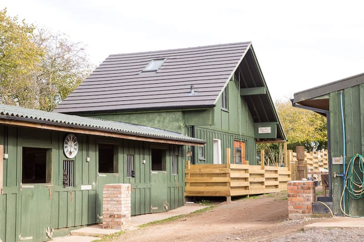 Tranquil lodge in beautiful working stables (4-8)
