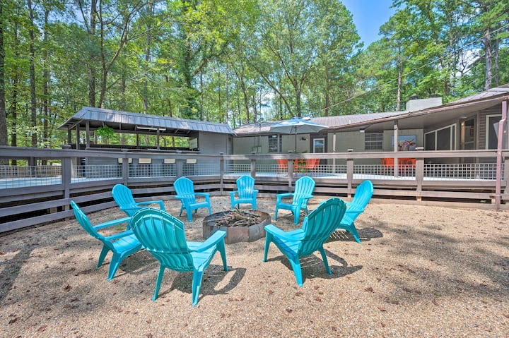 NEW! Lavish Getaway Set on 5.5 Acres w/ Hot Tub