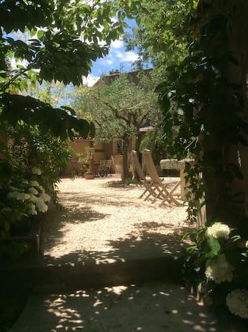 petite maison et jardin ds village .Accès piscine. - Loriol-du-Comtat - Huis