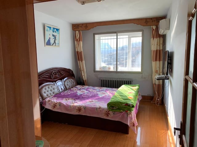 大卧室配备双人床+空调+有线电视