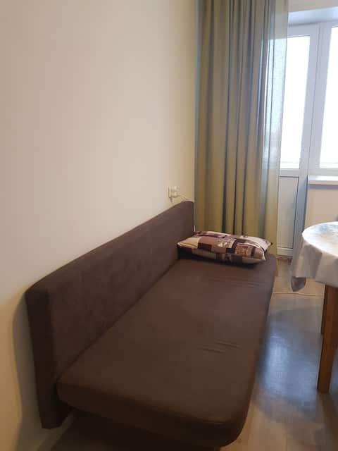 Одноместная кровать в ЖК в центре столицы