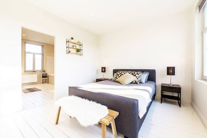 Large loftroom with deluxe spacious bathroom - Brugge - House