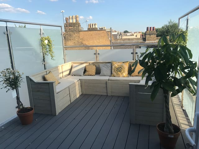 Spacious 2 Double Bedroom Flat with Roof Terrace