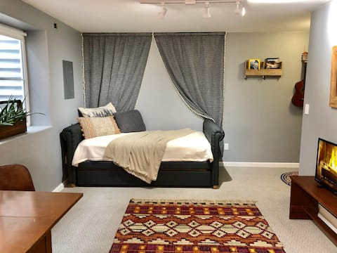 Living room with trundle daybed.