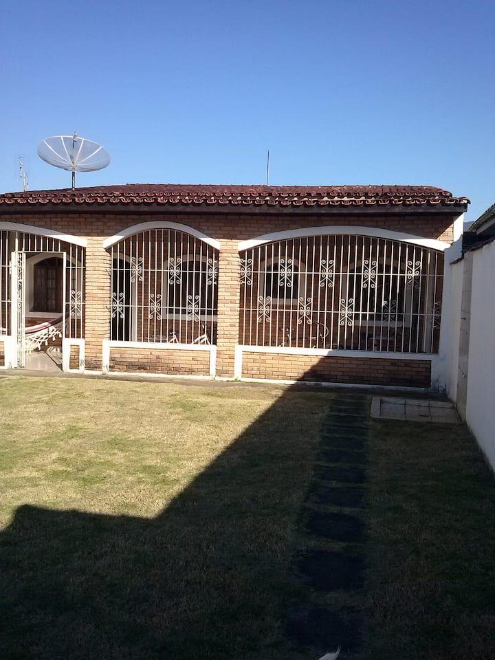 Casa em Caraguatatuba, muito segura, bem arejada.