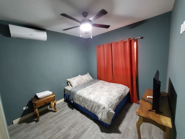 """Bedroom#1  Full private bathroom 40"""" Smart TV Ceiling fan Aire conditioner"""