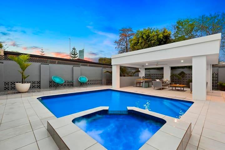 Stylish Private Villa, Pool, Wifi & Parking