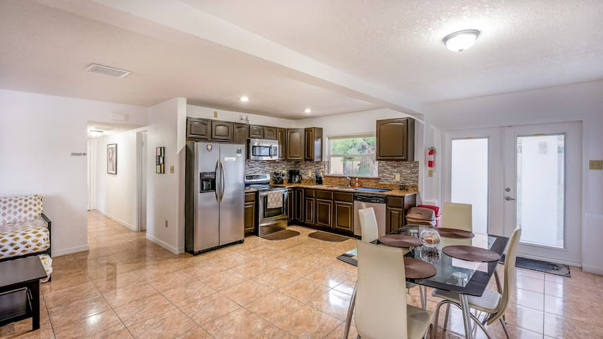 2 BR 🏡 In The 💖 of Orlando with Full Kitchen!