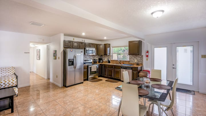 Cozy 2 BR in the Heart of Orlando with Kitchen!
