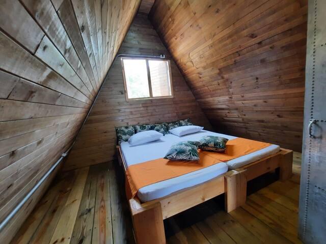 Cälida habitación principal, con cama matrimonial.