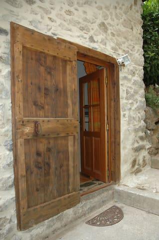 L'entrée, avec son volet ancestral pour se protéger du froid l'hiver...