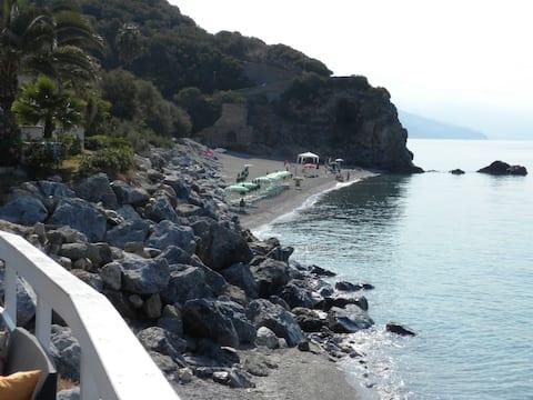 Vakantiehuis aan het strand in prachtige natuurlijke baai
